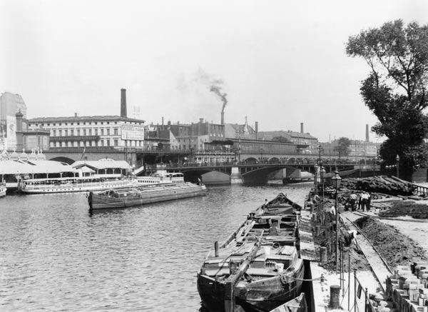 View of the River Spree, Berlin, c.1910 (b/w photo)