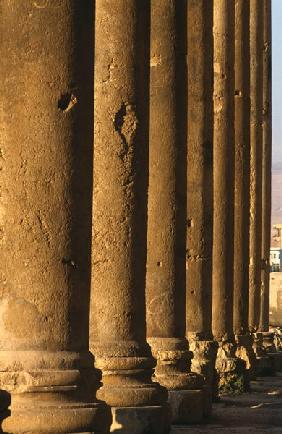 Temple of Bacchus, detail of the colonnade, High Imperial Period (27 BC-395 AD) (photo)