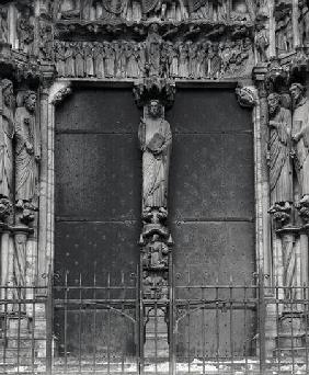 Beau Christ figure on the trumeau of the south portal