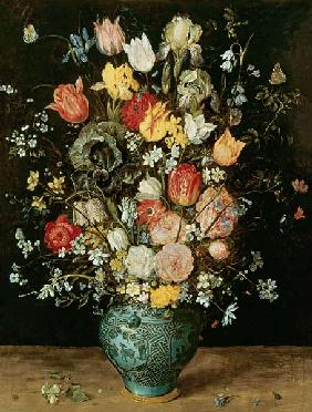 Botte de fleurs dans un vase bleu