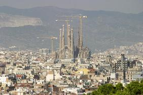 View of Barcelona with the Cathedral of Sagrada Familia (photo)